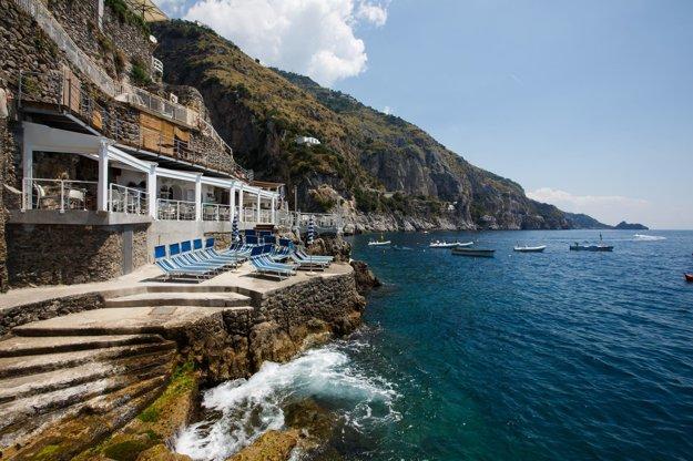 Terasa reštaurácie Il Pirata v Praiano v Taliansku.