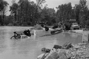 V sobotu 3. júla 1965 v popoludňajších hodinách okružná hrádza pri Číčove nebola ešte uzavretá.