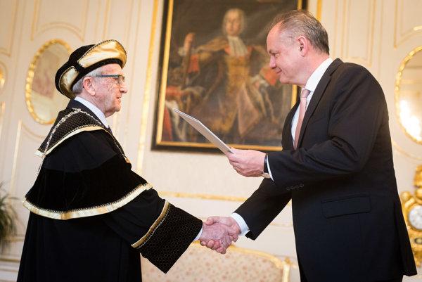 Novovymenovaný rektor Paneurópskej vysokej školy Juraj Stern a prezident Andrej Kiska.