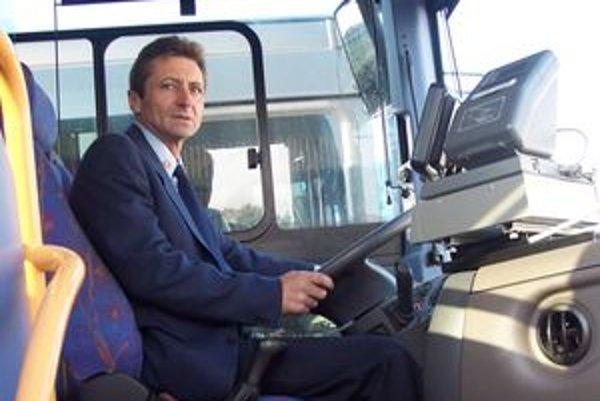 Vodič Marián Pipaš je tomuto povolaniu verný už tridsať rokov, nové autobusy si nevie vynachváliť.