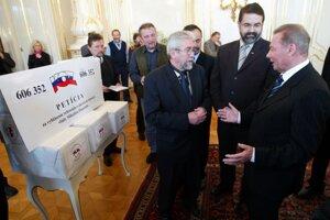 Predstavitelia Konfederácie odborových zväzov odovzdali petičné hárky s podpismi na vypísanie referenda o skrátení volebného obdobia prezidentovi Rudolfovi Schusterovi 13. januára 2004.