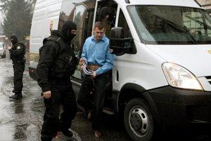 Pojednávanie na Špecializovanom trestnom súde v Banskej Bystrici v kauze mafiánskych vrážd Jozefa Roháča, ktorého sýkorovci volali Čapica. Na fotke privádzajú Alojza Kromku (prezávaného Lojzo Čistič), ktorý bol odsúdený ako nájomný vrah. Vo väzení je za vraždu žilinského bossa Milana Holáňa alias Gorilu a jeho ochrankára.
