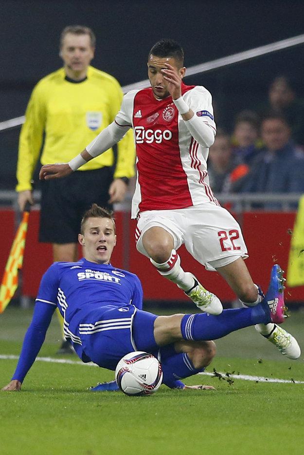 Ján Greguš (v modrom) sa pokúša odzbrojiť od lopty Hakima Ziyecha z Ajaxu Amsterdam.