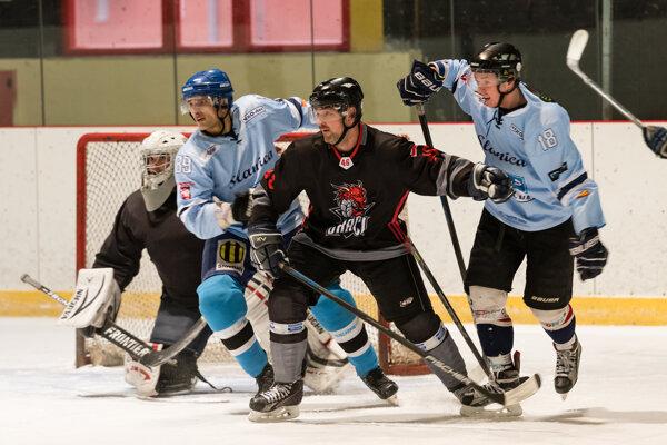 V súboji o majstra Oravy si skrížili hokejky Draci Dolný Kubín (v čiernom) a Slanica (v belasom).