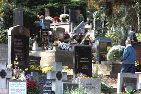 Nie všetci si prídu na cintoríny uctiť pamiatku zosnulých.