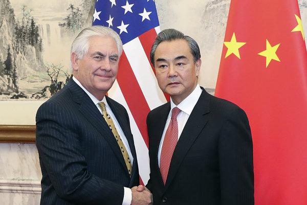 Rex Tillerson a čínsky minister zahraničných vecí Wang Ji.