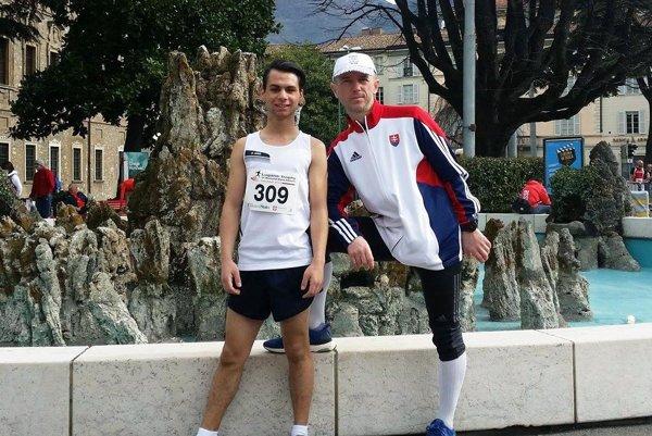 Daniel Kováč s trénerom Petrom Mečiarom po pretekoch vo švajčiarskom Lugane.