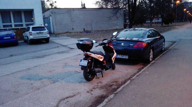 Parkovisko vrezidentskej lokalite 6. Majitelia motoriek môžu pri parkovaní ušetriť, ak odstavia svoje stroje na chodníkoch.