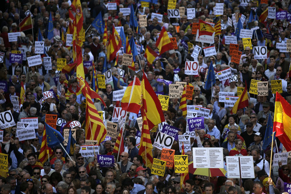 Ľudia pochodujú počas protestu proti snahám regionálnej vlády o odtrhnutie Katalánska od zvyšku Španielska 19. marca 2017 v Barcelone.