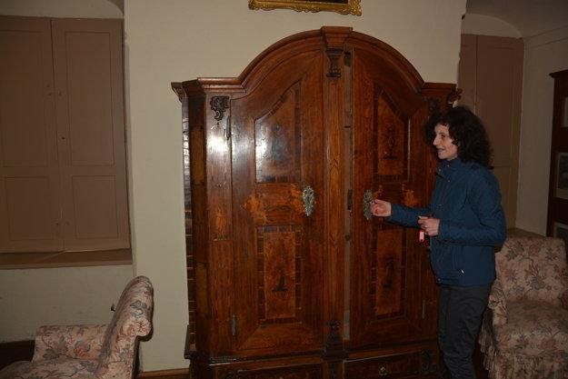 Vnútro kaštieľa zdobia historické skrine ašatníky.