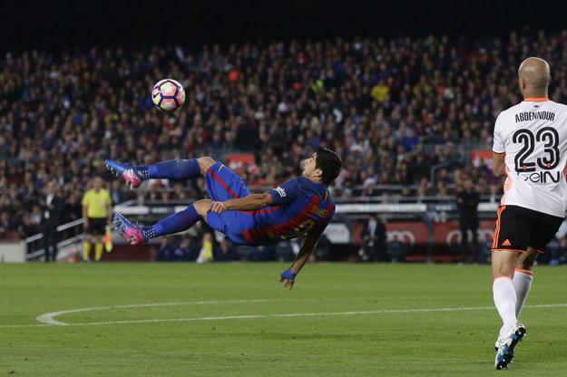 Luis Suárez sa pokúša o akrobatické zakončenie v zápase proti Valencii.