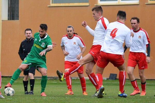 Topoľníky porazili Patu 2:1, oba góly domácich strelil Ádám Rózsa (v zelenom).