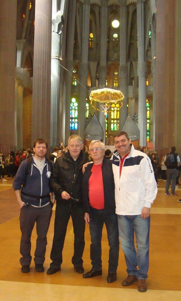 Dvojica fanúšikov so známymi zTrebišova, vpozadí oltár vSagrade Familia.