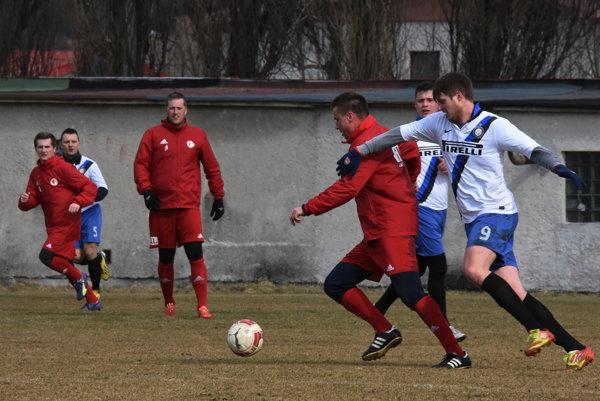 Staškov (v červenom) podáva v príprave striedavé výkony.