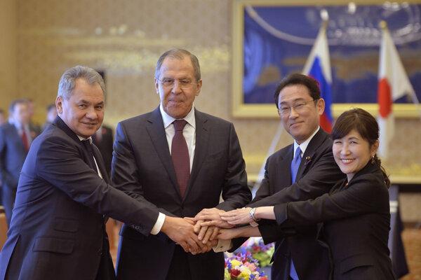 Ruský minister obrany Sergej Šojgu (vľavo), šéf ruskej diplomacie Sergej Lavrov s japonským rezortným kolegom Fumiom Kišidom a japonská ministerka obrany Tomomi Inadaová.