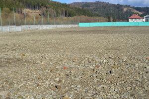 V Krásne už naviezli prvé dve vrstvy štrkodreviny, ihrisko sumelým trávnikom by malo byť hotové už tento rok.