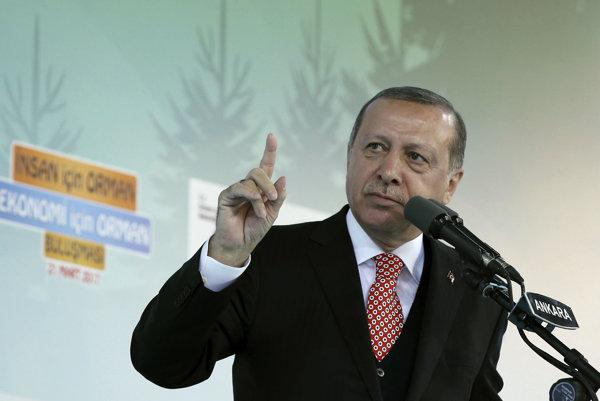 """Erdogan pohrozil prehodnotením vzťahov s """"fašistickou"""" Európou."""