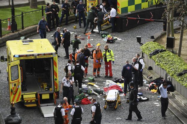 Záchranári ošetrujú zranených.
