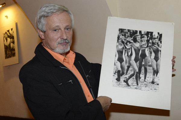 Na snímke jubilujúci autor Viktor Zamborský so snímkou zo spartakiády z roku 1980 v Prešove.