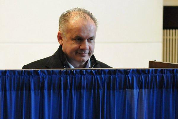 Andrej Kiska upravuje hlasovací lístok za paravanom v Poprade.