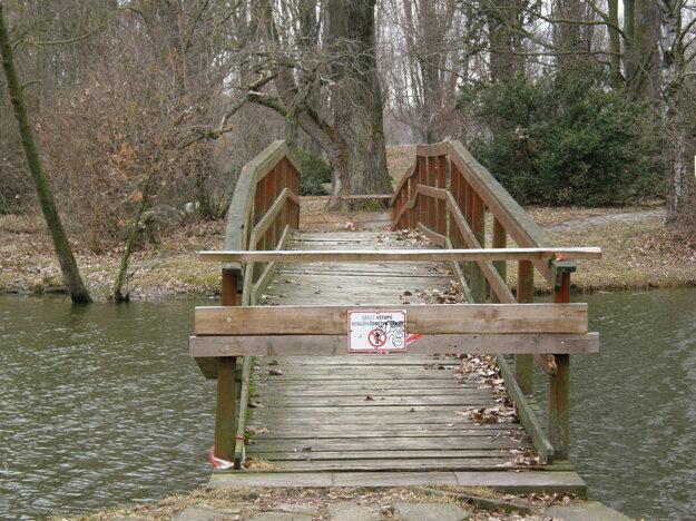 Na zlý stav lávky upozornili návštevníci parku.