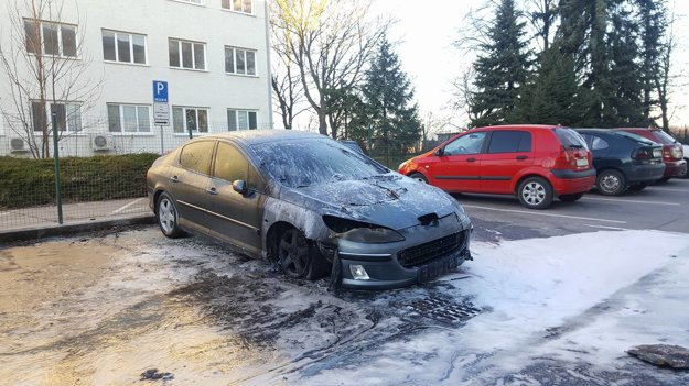 Auto po zásahu hasičov FOTO: BŠ