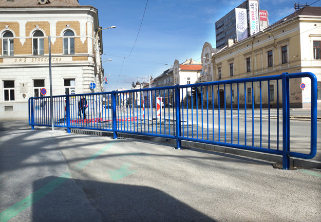 Frekventovaný chodník. Na mieste, ktorým denne prechádza množstvo ľudí, komplikujú priechod nové prekážky.