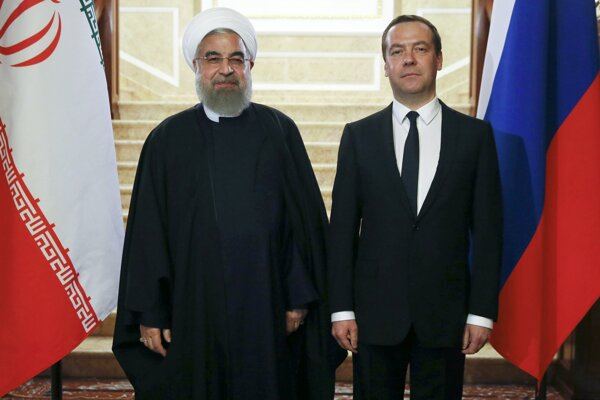 Iránsky prezident Hassan Rúhání (vľavo) a ruský premiér Dmitrij Medvedev.
