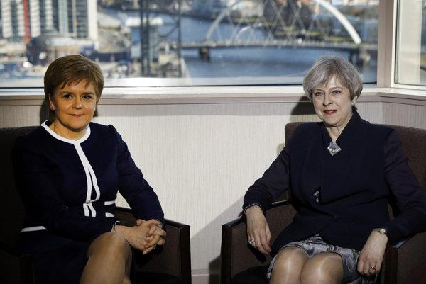 Škótska premiérka Nicola Sturgeonová a britská premiérka Theresa Mayová.