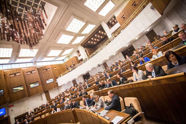 Pohľad do rokovacej sály parlamentu počas rokovania 14. schôdze Národnej rady SR.