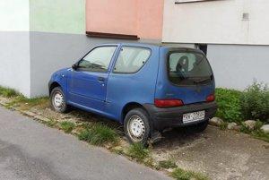 Obyvateľom bytovky prekáža, že auto zaberá parkovacie miesto, aj keď ho nikto nevyužíva. Situácia sparkovaním je na ružomberských sídliskách čoraz zložitejšia.