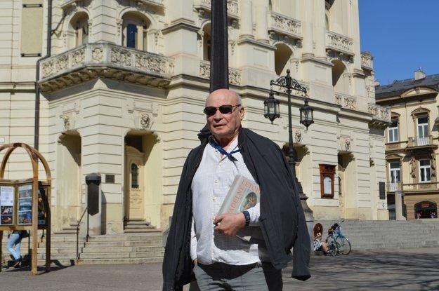 Teatrológ Tibor Ferko. K 85. narodeninám si daroval ďalšiu vzácnu knihu.