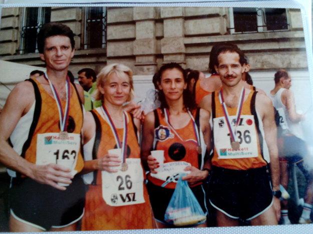 Tibor Tisza (vpravo) kedysi. S manželkou Betkou a ďalším známym košickým bežeckým párom Zlatkou a Štefanom Semanovcami.