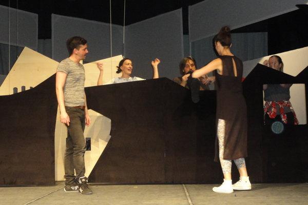 Herci SDKS počas skúšky s režisérom Petrom Oravcom (vľavo).
