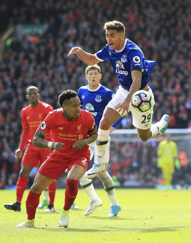 Dominic Calvert-Lewin (vpravo) z Evertonu bojuje o loptu s Nathanielom Clyneom.