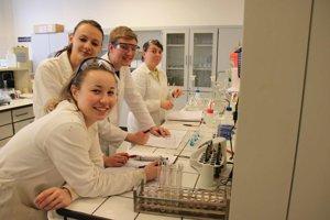 Klaudia (vzadu) v laboratóriu.