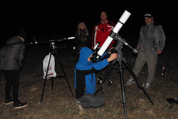 Nadšenci nočného pozorovania na Silickej planine. Na Silickú planinu sa vybrali kvôli dobrým pozorovacím podmienkam.