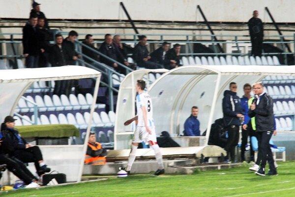 Mladý kanonier Nitry Filip Balaj nedohral zápas pre vylúčenie.