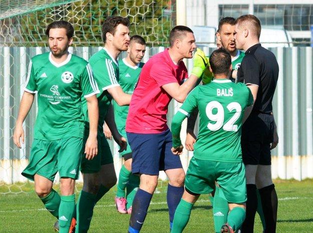 Futbalisti Veľkého Medera prijímali s veľkou nevôľou penaltu nariadenú v prospech Komárna.