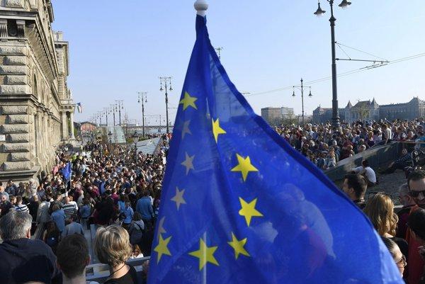 Maďarskí a zahraniční študenti, profesori a ďalší ľudia sa účastnia demonštrácie na podporu Stredoeurópskej univerzity (CEU) v Budapešti 2. apríla 2017.