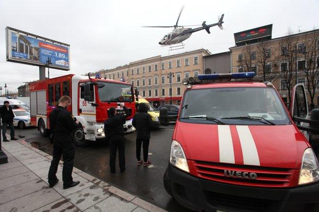 Vrtuľník lieta nad vozidlami hasičov po výbuchu na zastávke metra Technologičeskyj Institut v Petrohrade.