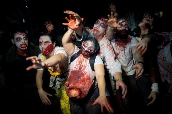 Ľudia v kostýmoch zombie počas židovského sviatku Purim v Tel Avive.