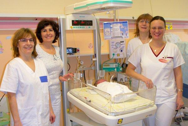 Personál znovorodeneckého oddelenia spolu sprimárkou Miriam Krajčiovou (vpravo).