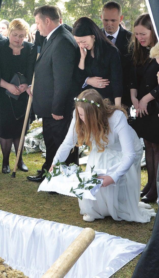Krstná košieľka. Spolu so sviečkou putovala do hrobu.