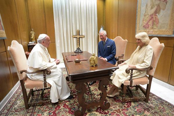 Pápež František na stretnutí s pricom Charlesom a jeho manželkou Camillou.