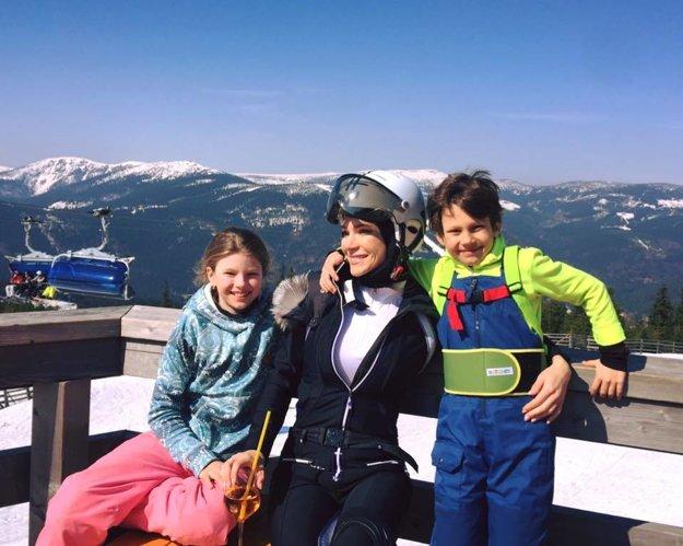 Andrea Verešová. Kým niektorí si už v týchto dňoch naplno užívali jar, Andrea Verešová s rodinou ešte zašla do hôr, aby ukončili lyžiarsku sezónu.