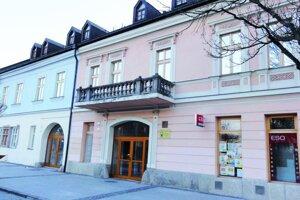 Múzeum sídli v dvoch historických budovách na centrálnom námestí. Dvor je na opačnej strane.