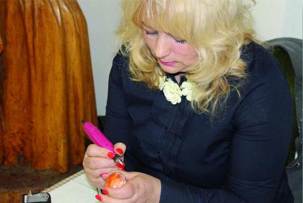 Oľga Arvaiová. Zdobeniu vajíčok sa venuje od roku 2000.