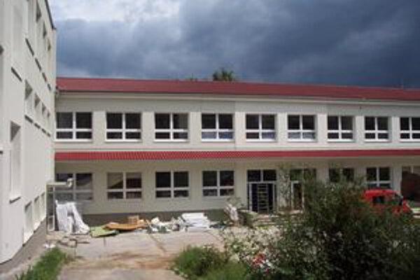 Takmer päťdesiatročná škola v Bojniciach má už nový šat.