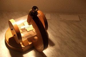 Na prezeranie exponátov potrebujete v pražskom Múzeu miniatúr lupu, alebo mikroskop.